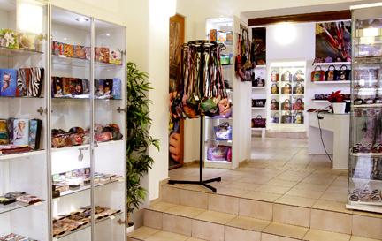 323d2fccf Prodejní filozofie Atelieru V.Bambas je založena na myšlence, že dnešní  luxus nezáleží pouze na koupi drahých předmětů, ale na vlastnictví věcí  originálních ...